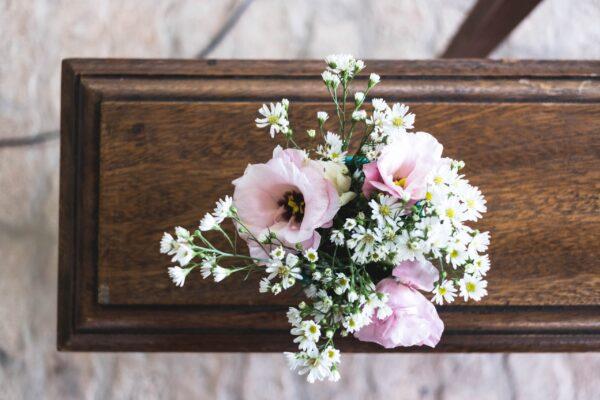 Ein brauner Sarg mit Blumenschmuck